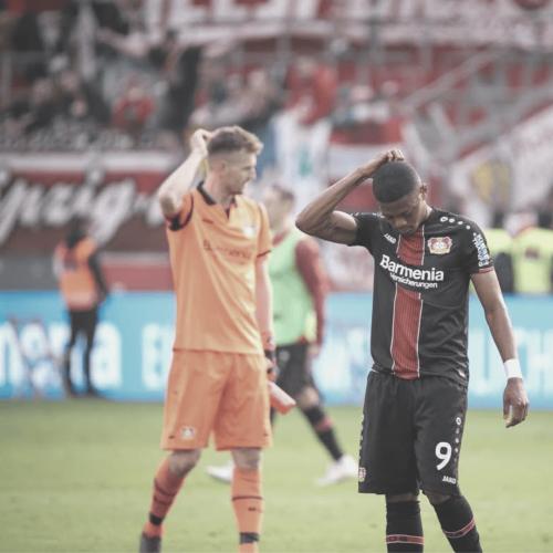 Lukas Hradecky und Leon Bailey von Bayer 04 enttäuscht nach Niederlage gegen RB Leipzig.